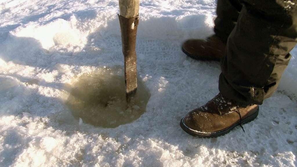 Как выбрать пешню для зимней рыбалки и как сделать своими руками