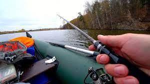 Особенности ловли с лодки осенью: в отвес, на спиннинг, донку, поплавок